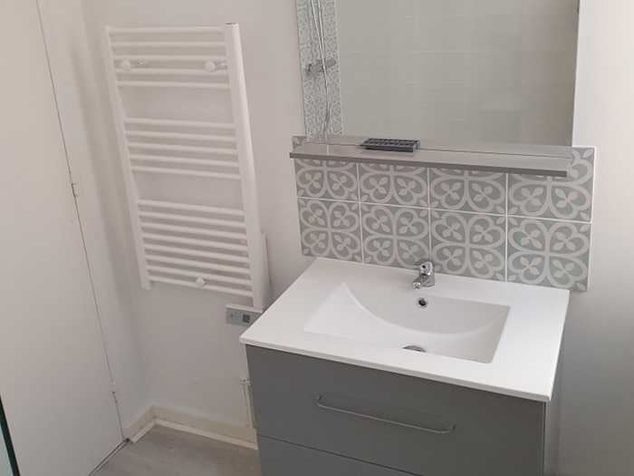 Nouveau-meuble-vasque-avec-Miroir-et-carrelage-mur