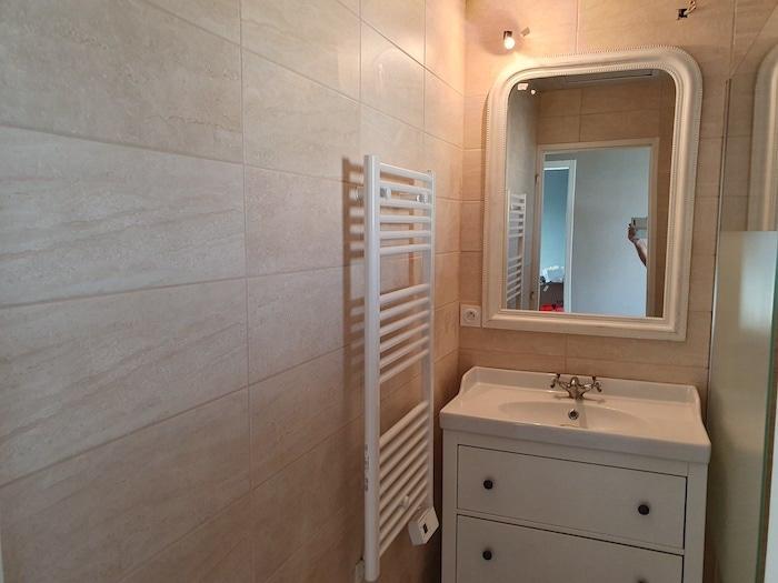 Salle de bain avec nouveau carrelage mural