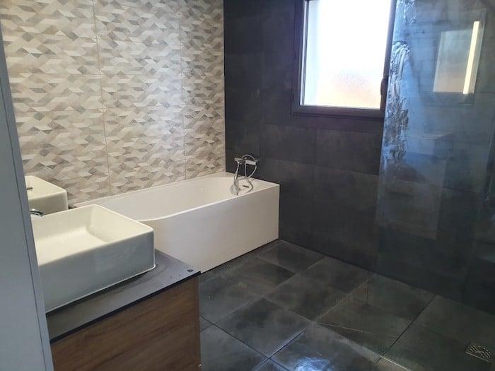 Baignoire et douche salle de bain terminée