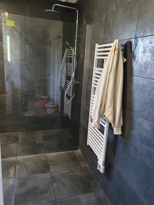 Sèche Serviette posé à côté de la douche